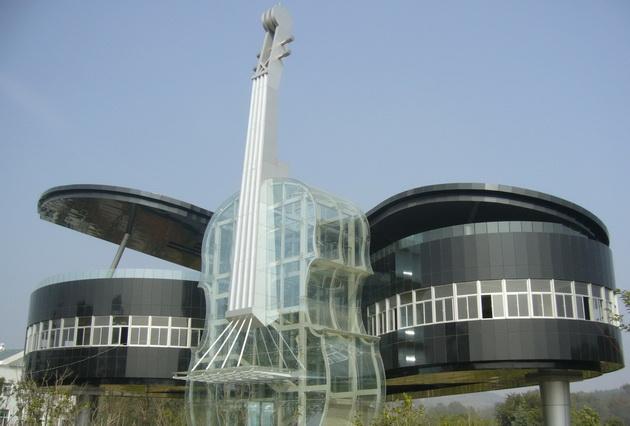 Дом-рояль со скрипкой. Piano shaped building