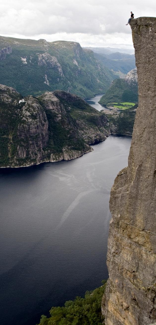 Лисефьорд. Утес Прекестулен (Скала-кафедра). Норвегия