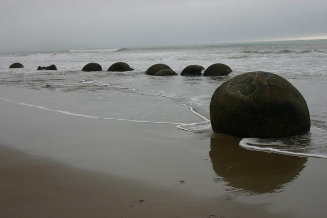 Валуны Моераки (Moeraki boulders). Новая Зеландия