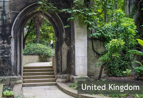 Парк в разрушенной церкви Дунстан-Ист в Лондоне